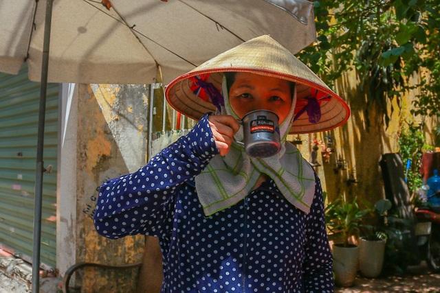Những bình trà đá, nước mát miễn phí giữa nắng nóng thiêu đốt tại Hà Nội - 4