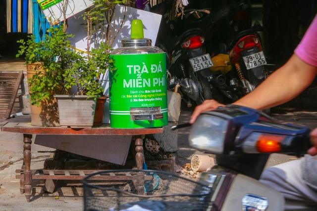 Những bình trà đá, nước mát miễn phí giữa nắng nóng thiêu đốt tại Hà Nội - 5