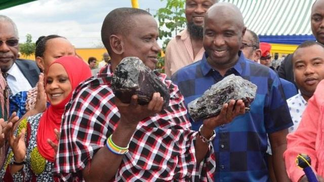 Tìm được hai viên đá quý nặng 15 kg, đổi đời thành triệu phú sau một đêm - 1