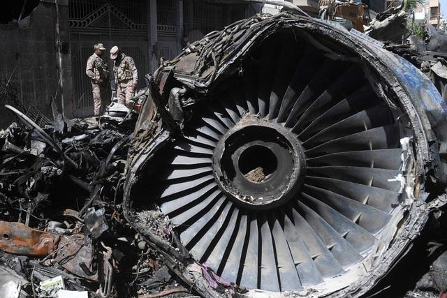 Máy bay Pakistan rơi làm 98 người chết vì phi công mải nói chuyện Covid-19 - 1