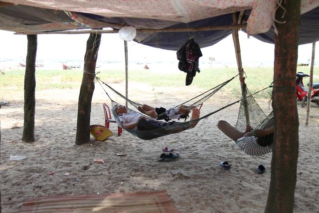 Người dân đổ ra bờ biển dựng lều, mắc võng tránh nóng - 7
