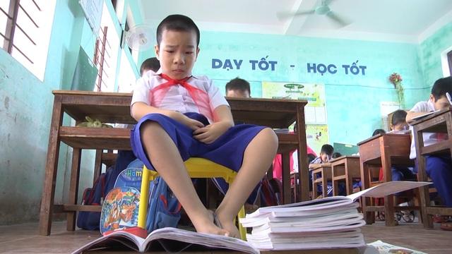 Cậu học trò 9 tuổi viết ước mơ bằng đôi chân tật nguyền - 7