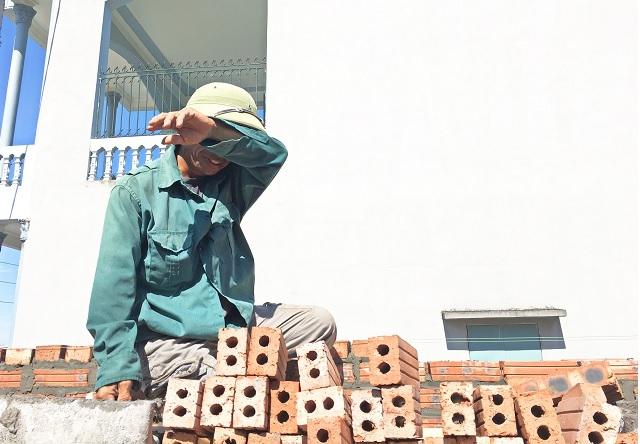 """Nghề thợ xây: Sợ thiếu """"cái ăn"""" hơn cái nắng - 2"""