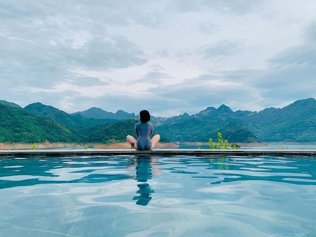 MC Hoàng Linh diện áo tắm, khoe thân hình gợi cảm ở hồ bơi - 5