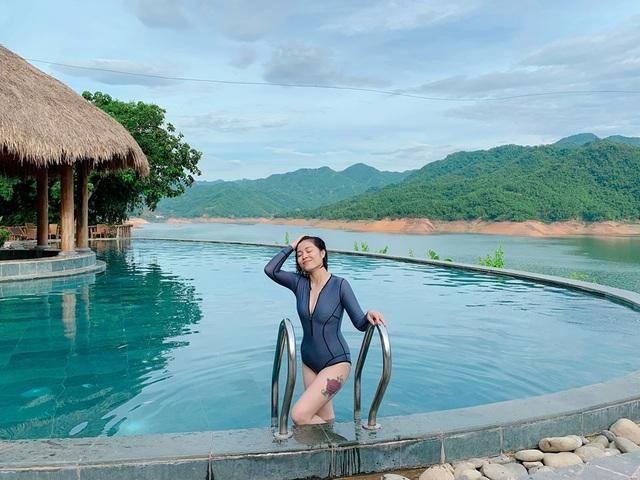 MC Hoàng Linh diện áo tắm, khoe thân hình gợi cảm ở hồ bơi - 4