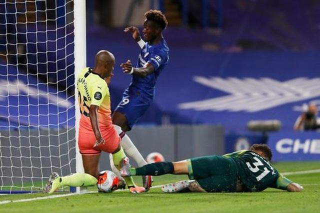 Gục ngã trước Chelsea, Man City dâng ngôi vô địch cho Liverpool - 5