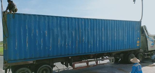 Thót tim khoảnh khắc xe container lật ngang, đè trúng xe máy - 2