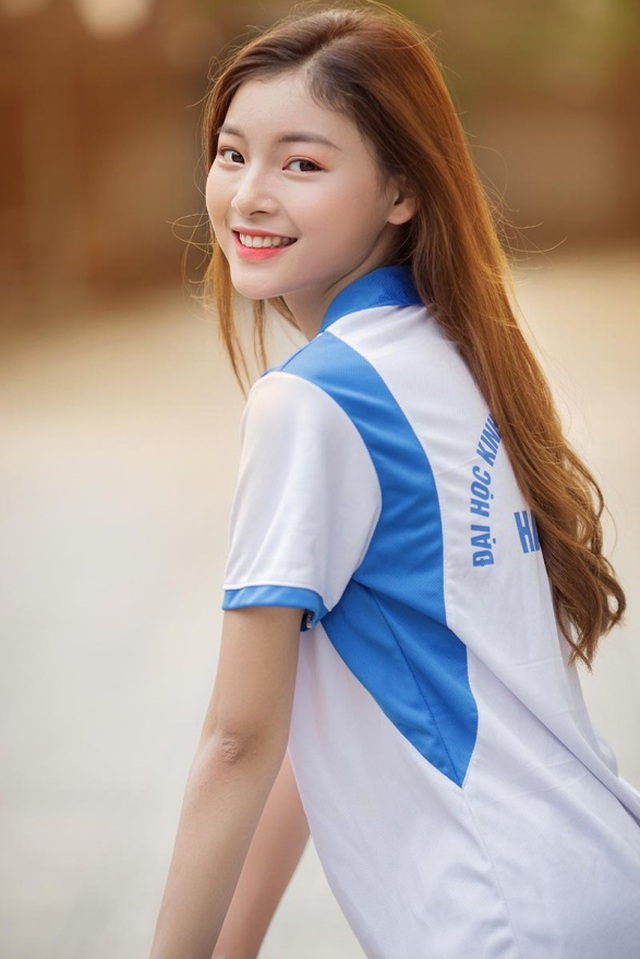 Á khôi Tài sắc Việt Nam đẹp rạng ngời trong bộ đồng phục giản dị - 1