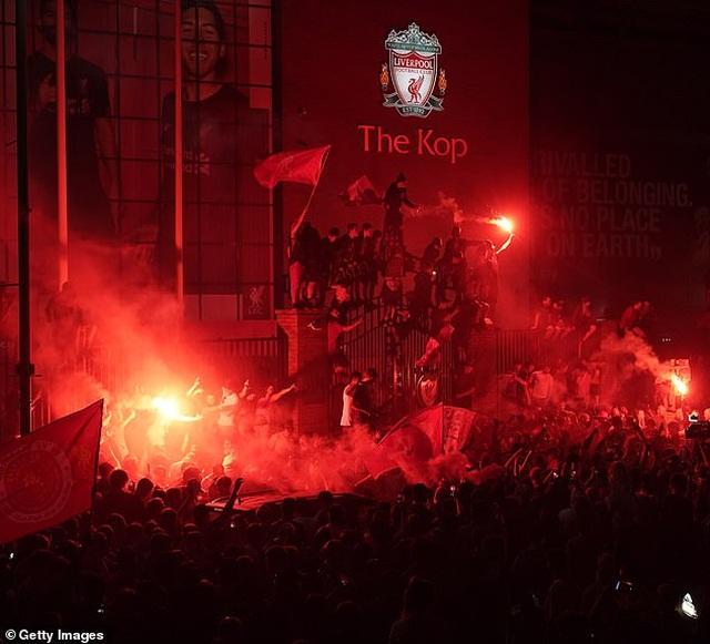 Hàng ngàn CĐV Liverpool đổ ra đường ăn mừng chức vô địch Premier League - 5