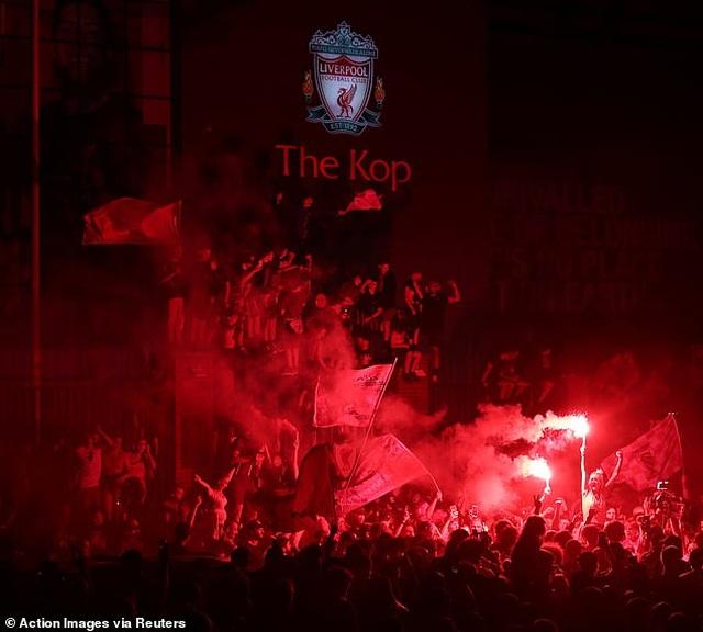 Hàng ngàn CĐV Liverpool đổ ra đường ăn mừng chức vô địch Premier League - 7