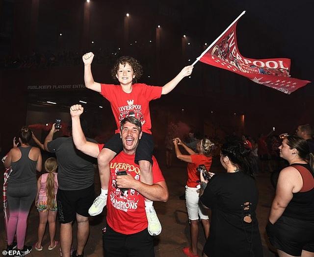Hàng ngàn CĐV Liverpool đổ ra đường ăn mừng chức vô địch Premier League - 6