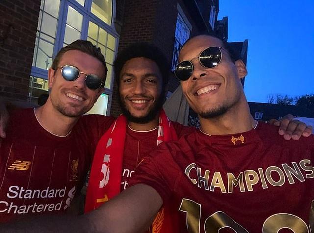 Hàng ngàn CĐV Liverpool đổ ra đường ăn mừng chức vô địch Premier League - 3