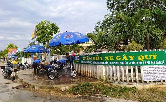 """Quảng Ngãi:  Áo xanh """"đội nắng"""" rửa xe gây quỹ giúp người nghèo - 1"""
