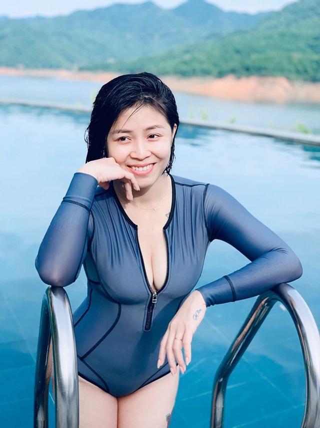 MC Hoàng Linh diện áo tắm, khoe thân hình gợi cảm ở hồ bơi - 1