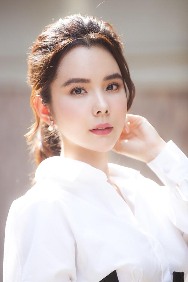 """Hoa hậu phản đối vụ: """"Cho ngồi xe Mẹc dạo một vòng Hà Nội, cô nào chả yêu"""" - 1"""
