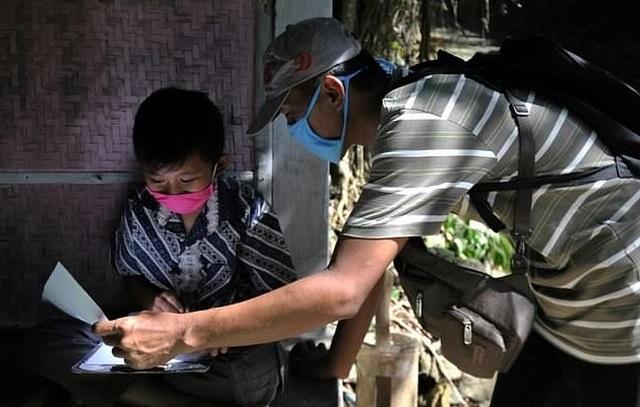 Indonesia: Giáo viên trèo đèo lội suối, mang con chữ tới tận nhà học sinh - 1