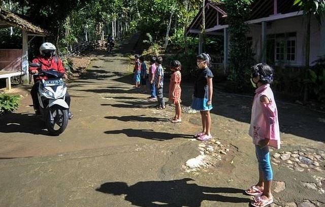 Indonesia: Giáo viên trèo đèo lội suối, mang con chữ tới tận nhà học sinh - 2