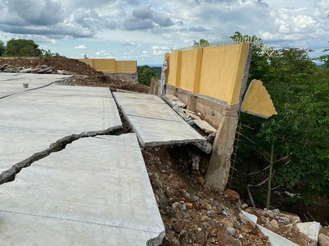 Tường bao trường học vừa xây xong đã đổ sập sau trận mưa - 3