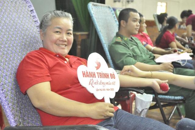 Gần 1.000 người đến tham gia ngày hội hiến máu trên phố núi - 2