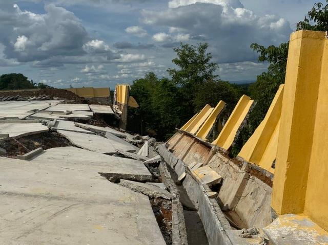 Tường bao trường học vừa xây xong đã đổ sập sau trận mưa - 2
