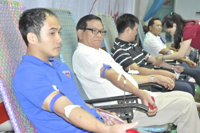 Gần 1.000 người đến tham gia ngày hội hiến máu trên phố núi - 4