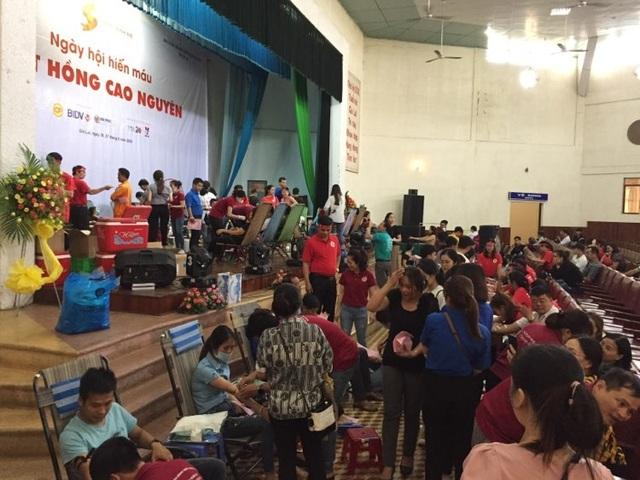 Gần 1.000 người đến tham gia ngày hội hiến máu trên phố núi - 1