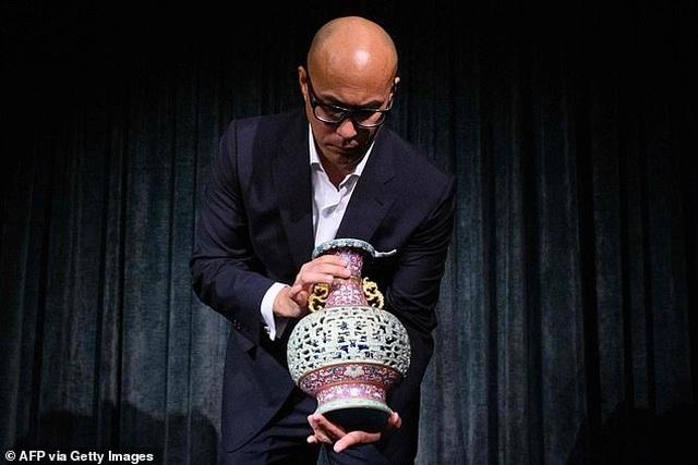 Chiếc bình cổ vốn làm đồ chơi cho mèo bất ngờ có giá… 9 triệu USD - 3