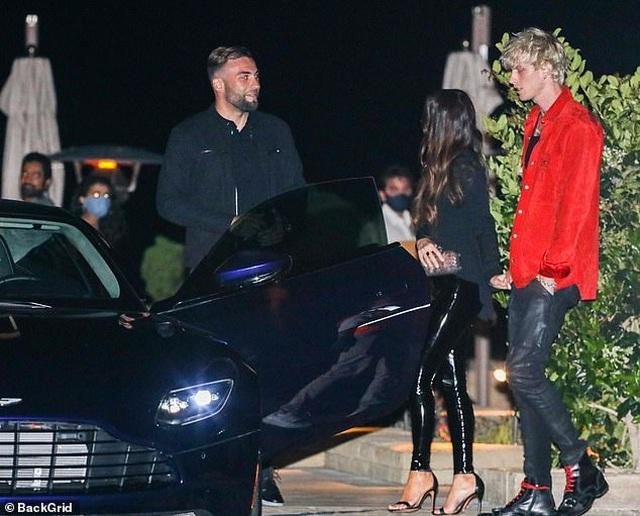 Megan Fox nắm tay bồ trẻ đi ăn tối - 4