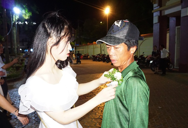 Người thợ xây rưng rưng nhận đóa hoa tri ân của con gái - 1