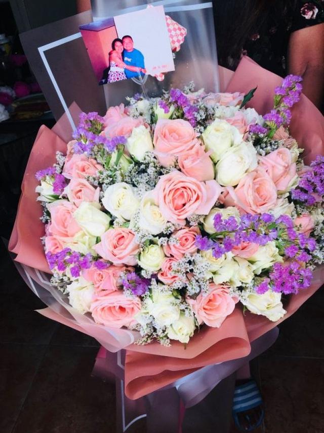 Người chồng qua đời vẫn tổ chức kỷ niệm lễ cưới, tặng hoa vợ hàng năm - 3