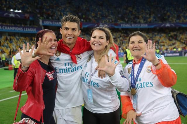 Chị gái C.Ronaldo chia sẻ về quá khứ nghèo khổ của gia đình - 1