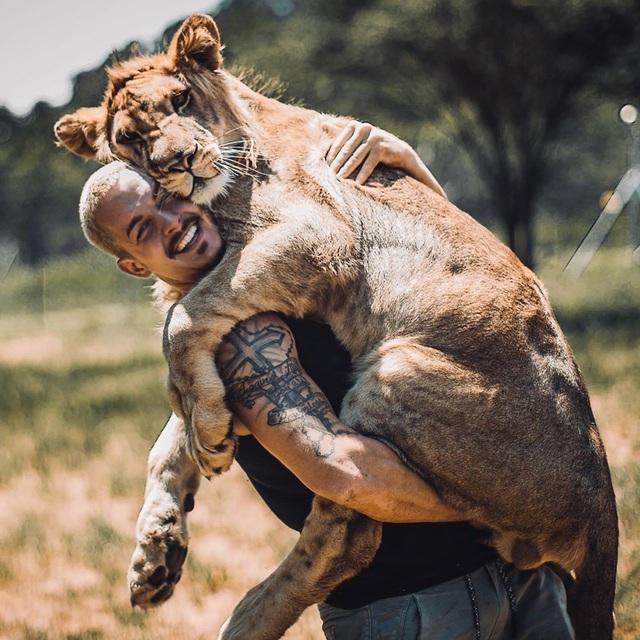 Cố vấn tài chính bỏ việc lương cao về sống cùng sư tử - 5