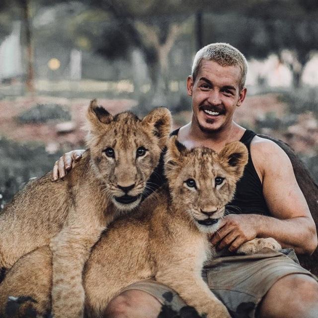 Cố vấn tài chính bỏ việc lương cao về sống cùng sư tử - 2
