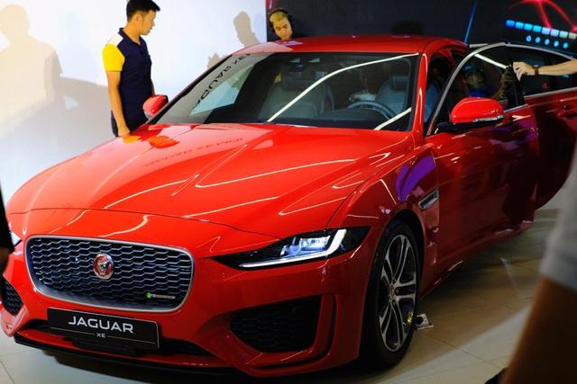 Jaguar XE 2020 và Land Rover Discovery Sport 2020 chốt giá từ 2,61 tỷ đồng - 2