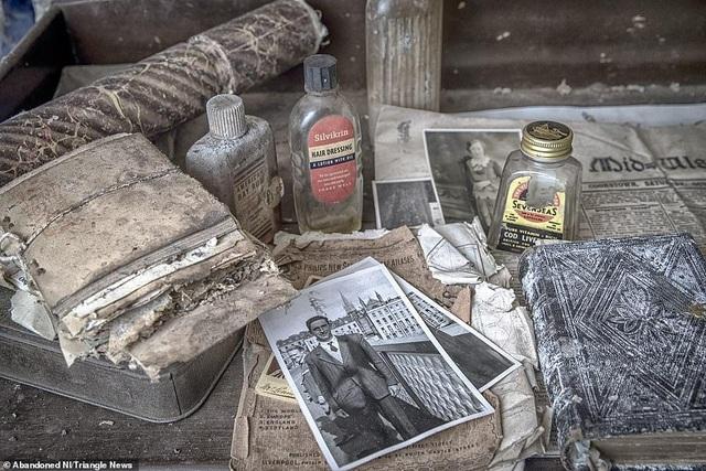 Ngỡ ngàng ngôi nhà bỏ hoang, bên trong toàn đồ cổ phủ bụi - 2