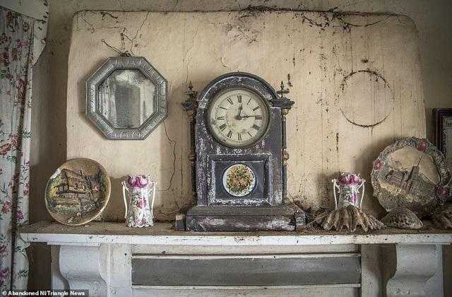 Ngỡ ngàng ngôi nhà bỏ hoang, bên trong toàn đồ cổ phủ bụi - 3