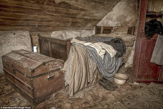Ngỡ ngàng ngôi nhà bỏ hoang, bên trong toàn đồ cổ phủ bụi - 6