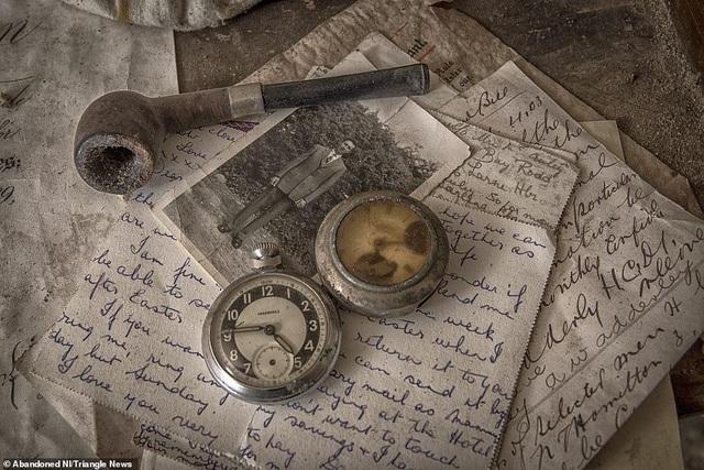 Ngỡ ngàng ngôi nhà bỏ hoang, bên trong toàn đồ cổ phủ bụi - 10