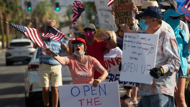 Hàng loạt bang của Mỹ ngừng mở cửa vì sóng thần Covid-19 trở lại - 1