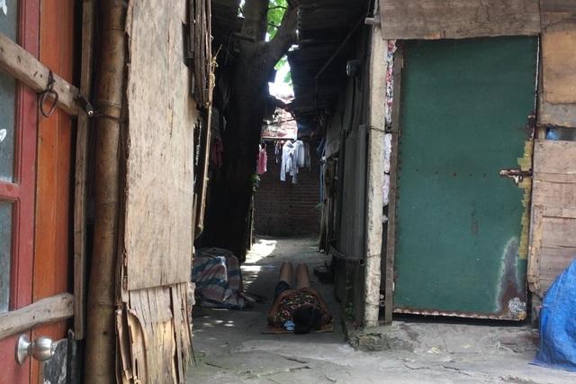 Cuộc sống quay quắt dưới mái tôn trong nắng nóng thiêu đốt ở Hà Nội - 7