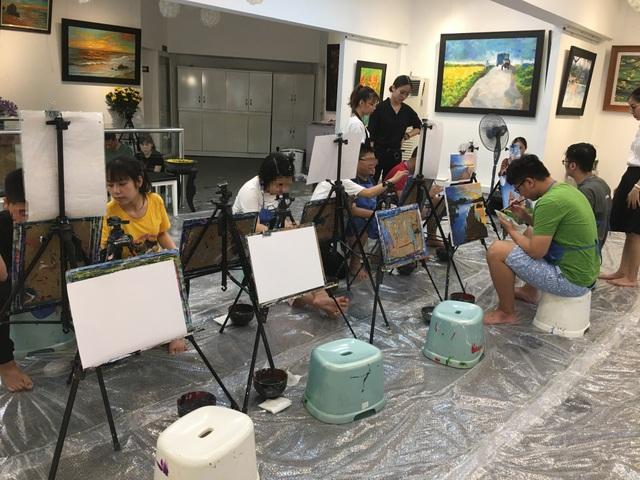 Bức tranh sặc sỡ sắc màu của những họa sĩ nhí tự kỷ - 1