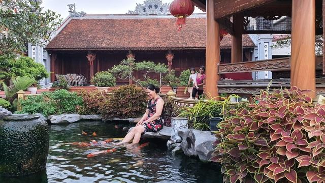 Ngắm nhà gỗ cổ Bắc Bộ với hồ cá Koi đẹp hiếm có ở ngoại thành Hà Nội - 2