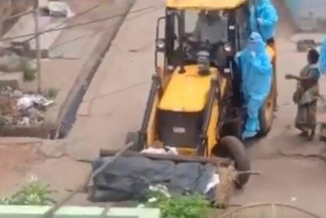 Sốc cảnh chở xác nạn nhân Covid-19 bằng xe xúc đất tại Ấn Độ - 1