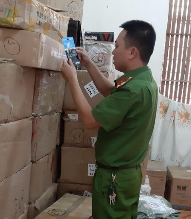 Tạm giữ lô hàng do nước ngoài sản xuất không hóa đơn, chứng từ - 2