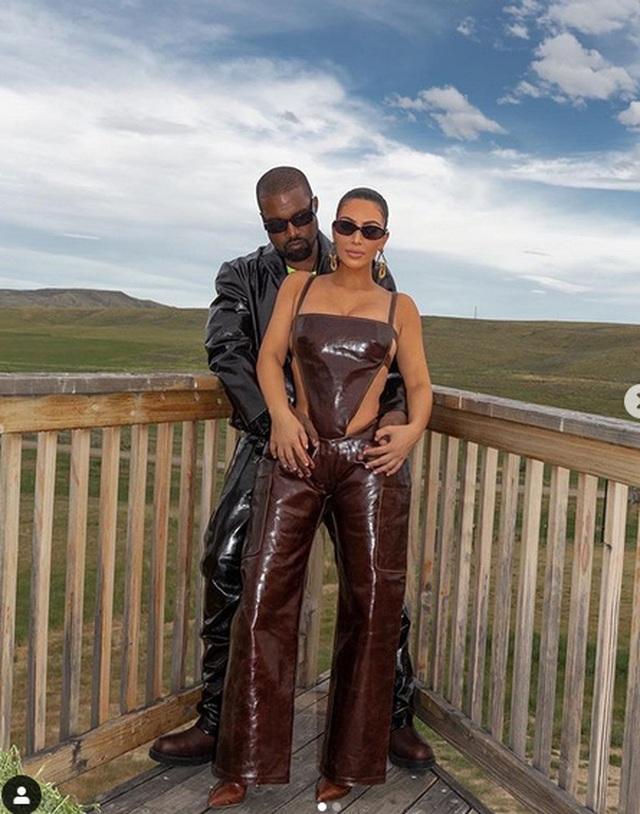 Kim Kardashian mặc đồ lạ mắt, tình tứ bên chồng - 1
