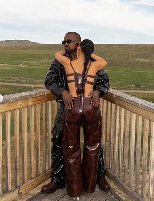 Kim Kardashian mặc đồ lạ mắt, tình tứ bên chồng - 2