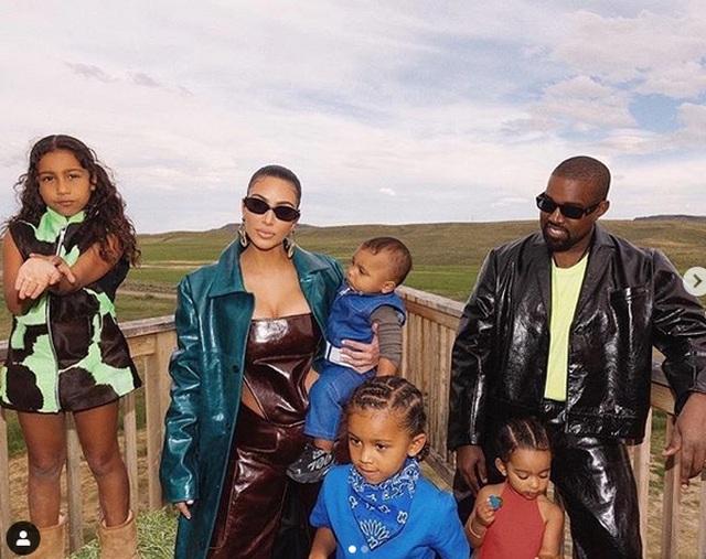 Kim Kardashian mặc đồ lạ mắt, tình tứ bên chồng - 3