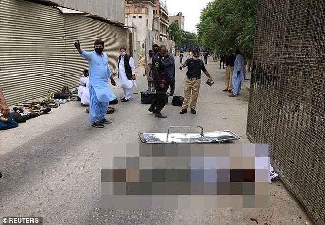 Xả súng kinh hoàng tại sàn giao dịch chứng khoán Pakistan, 9 người chết - 3