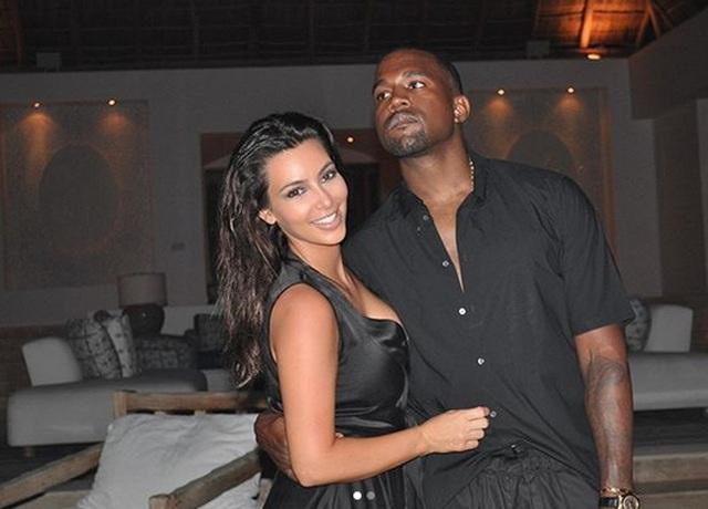 Kim Kardashian mặc đồ lạ mắt, tình tứ bên chồng - 4