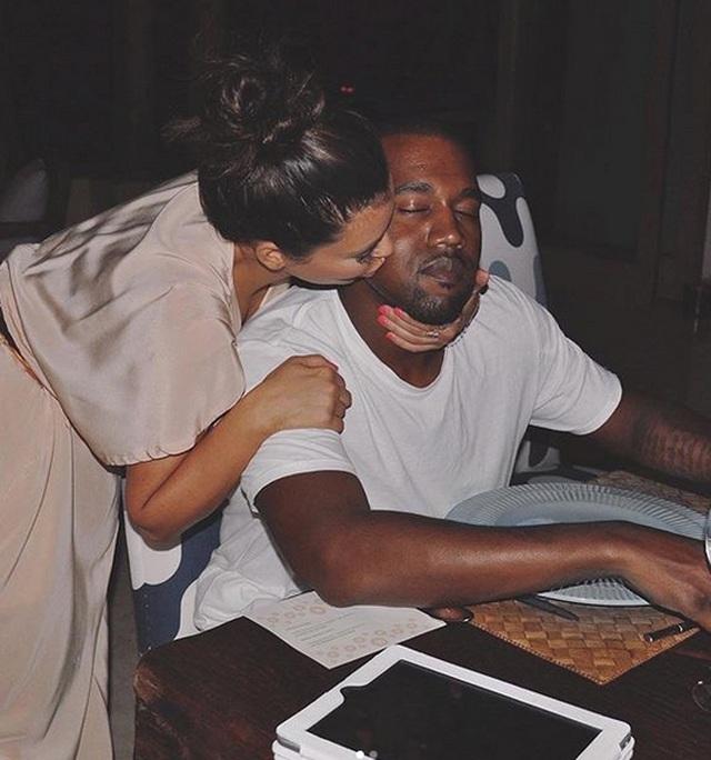 Kim Kardashian mặc đồ lạ mắt, tình tứ bên chồng - 6